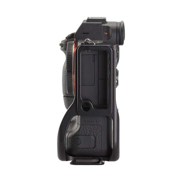 Plate for Sony Alpha a7RIII with battery grip seen on camera side view