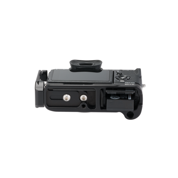 Underside of X-T2 L-plate with battery port completely accessible