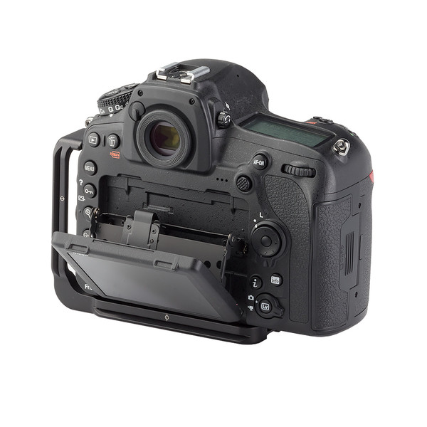 Screen on the Nikon D850 is able to fully extend out with the Ultralight L plate on camera.